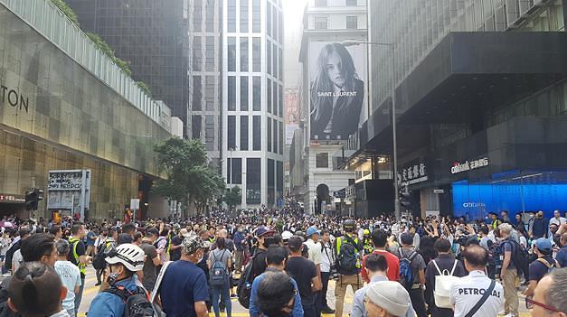 [포토] 홍콩 금융 중심가 센트럴에서 점심 시위를 벌이는 직장인들