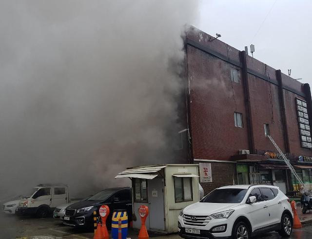 강남 진흥종합상가서 화재...소방관 등 14명 부상(종합)