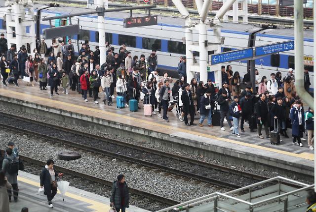 '철도파업'에 서울역 일부 열차 1시간 지연…수험생 불똥