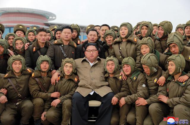 한미 연합공중훈련 취소됐는데…北 김정은 저격병 낙하산 훈련 직접 지도