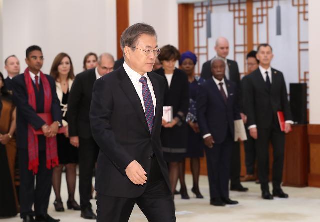 임기 반환점 돈 문재인 대통령, 소통·통합 행보에 지지율 껑충