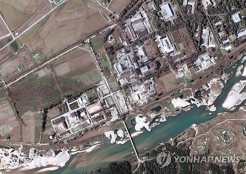 북한 영변 핵시설서 특수궤도차 이동 포착