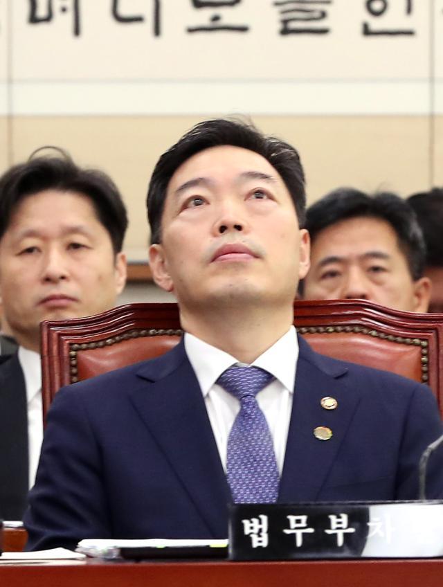 """한국당, 검찰 보고 사무 규칙 개정 지적…김오수 차관 """"아직 정해진 것 없어"""""""