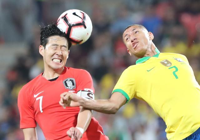 [포토] 공중볼 다투는 손흥민, , 한국 브라질에 0-3 완패
