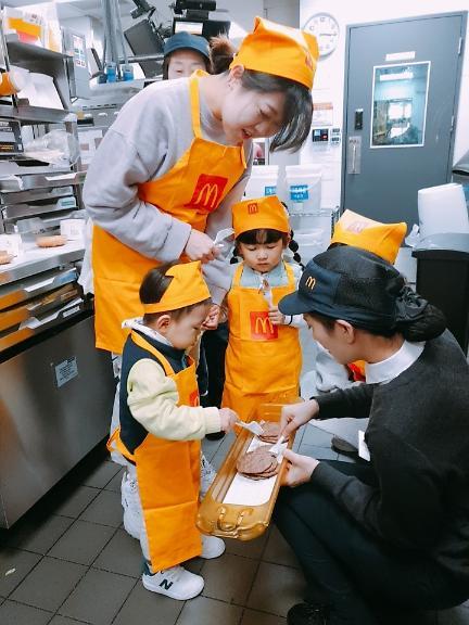 [르포] 맥도날드 주방 찾은 엄마들 '매의 눈'