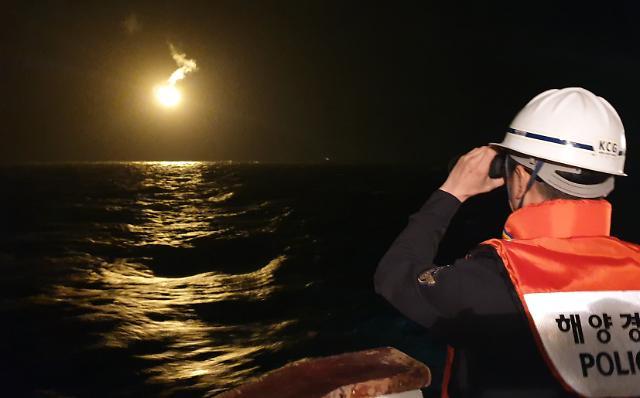 [포토] 조명탄 쏘며 대성호 야간 수색 작업