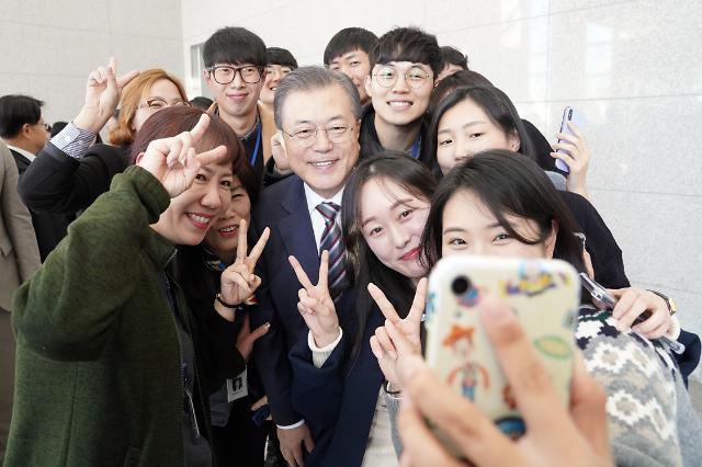 [포토]  MEMC코리아 직원들과 셀카 찍는 문 대통령