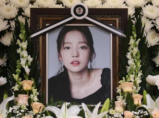 韩国演艺界取消宣传活动向具荷拉致哀