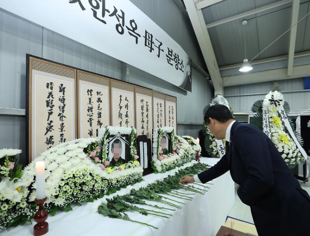 [포토] 김연철 장관, 탈북민 모자 분향소 조문