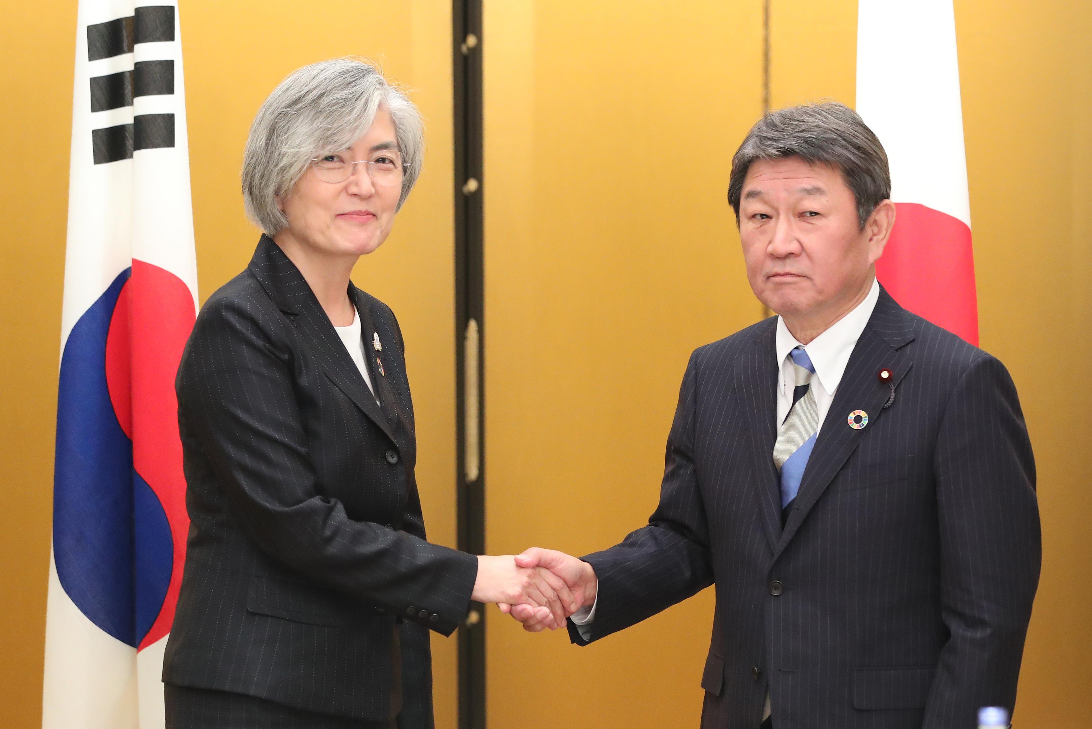 韩日外长同意力促下月首脑会晤