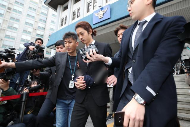 집단 성폭행 정준영·최종훈 징역형 선고... 재판정 나서며 오열