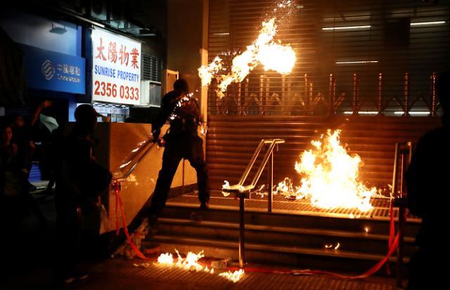 홍콩, 선거 후 첫 휴일 집회.. 벽돌·최루탄 재등장