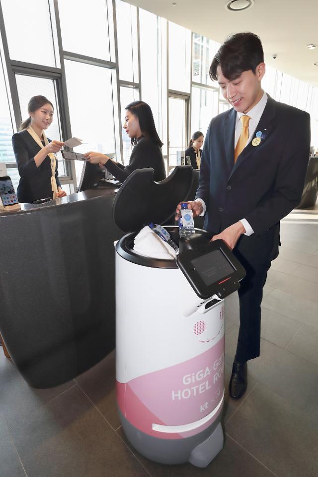 KT commercializes AI concierge robot at Seoul hotel to provide convenient service