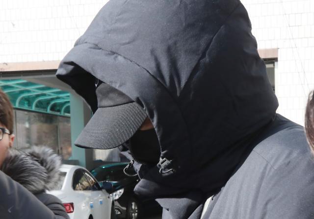[포토] 얼굴 가린 강지환, 집행유예로 석방
