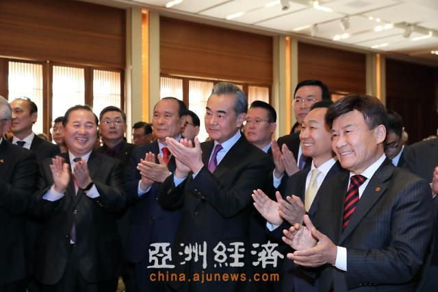 王毅访韩与各界友好人士进行亲切交流