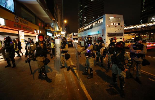 홍콩, 날개없는 추락에 경기부양책 발표