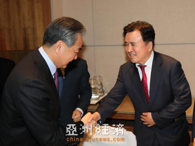 王毅会见亚洲新闻集团董事长郭永吉