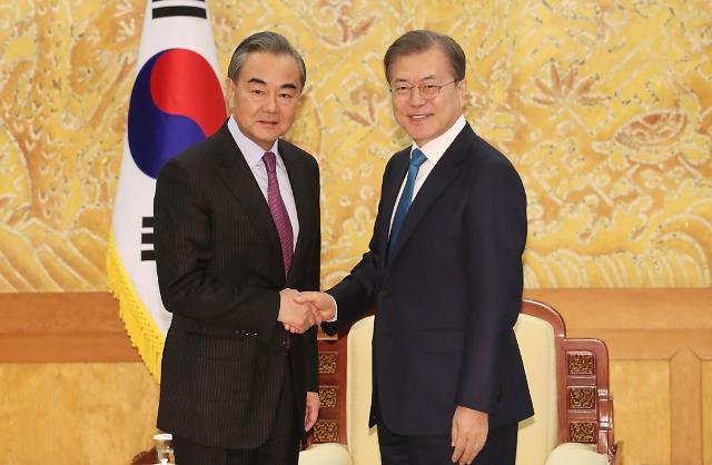 韩国总统文在寅同中国外长王毅举行会谈