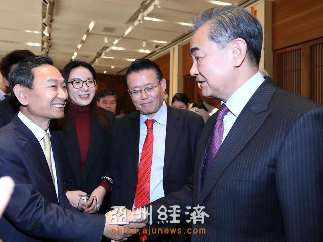 本报总编辑梁圭铉与中国外长王毅会面