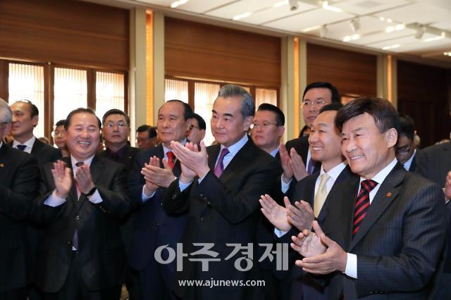 [포토]박수치는 왕이 中 외교부장-양규현 아주일보 대표