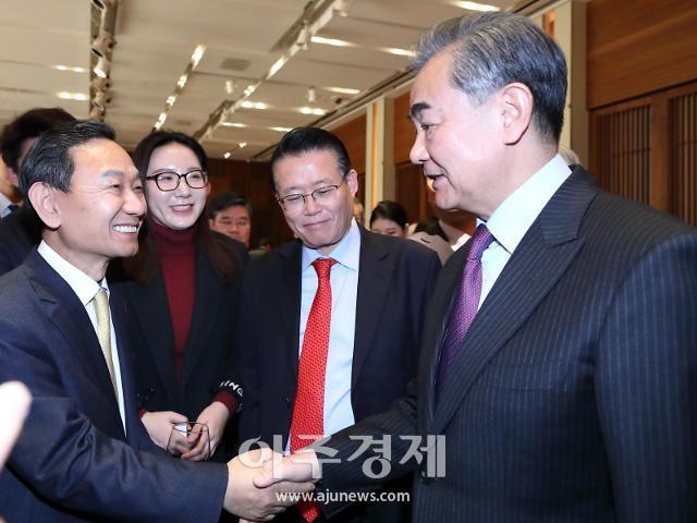 [포토]왕이 中 외교부장과 만나 악수하는 양규현 아주일보 대표