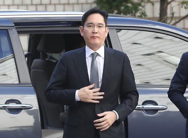 텐트·순번 스티커도 등장···이재용 재판에 쏠린 눈