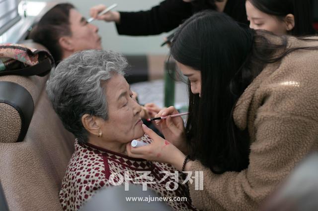 """""""아름다운 오늘 선물""""…UNIST 사진 동아리, 실버복지관서 '꽃다운 프로젝트'"""