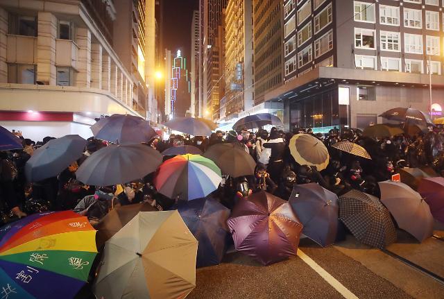 [포토] 우산방패 펼친 홍콩 시위대