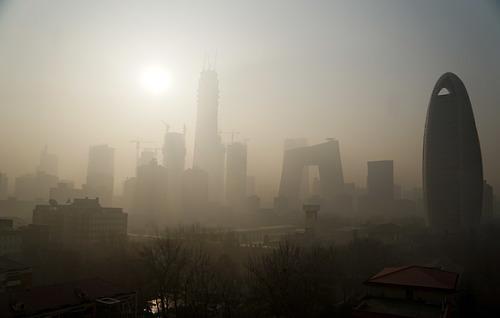 중국의 잿빛 겨울이 시작됐다…가시거리 100m, 교통·항공 통제