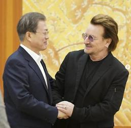 ​[PHOTO] President Moon meets rock band U2s Bono