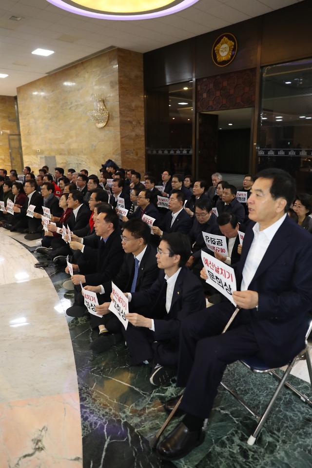 한국당, 국회서 철야농성…3개조 나눠 본회의장 교대농성