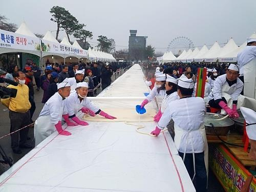 Guinness lists 5.08 km-long bar rice cake as new record holder