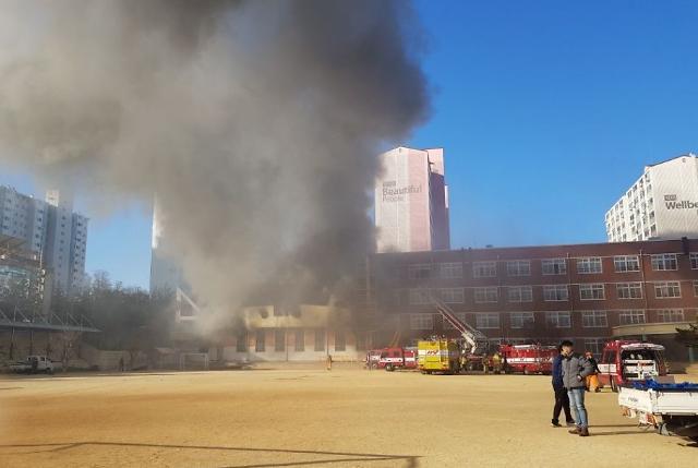 [포토] 안동 초등학교 강당서 불…학생 1명 연기 흡입