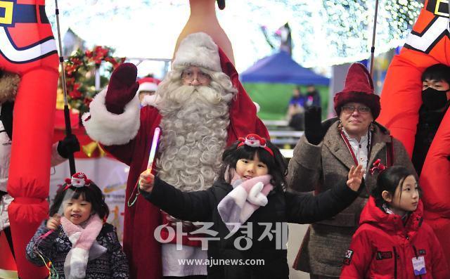 화천산천어축제장 찾는 원조 산타클로스...'어린이에게 잊지 못할 추억 선물'