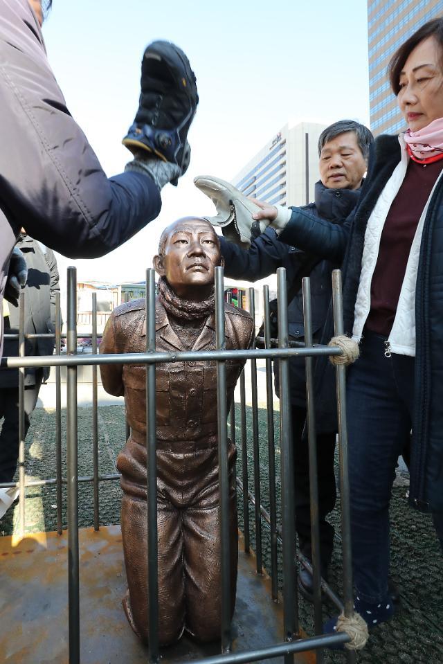 광화문에 등장한 무릎꿇은 전두환 동상…왜?