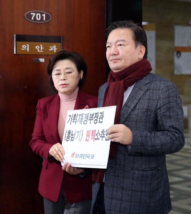 한국당, 홍남기 탄핵소추안 발의...'정치적 중립 위반'