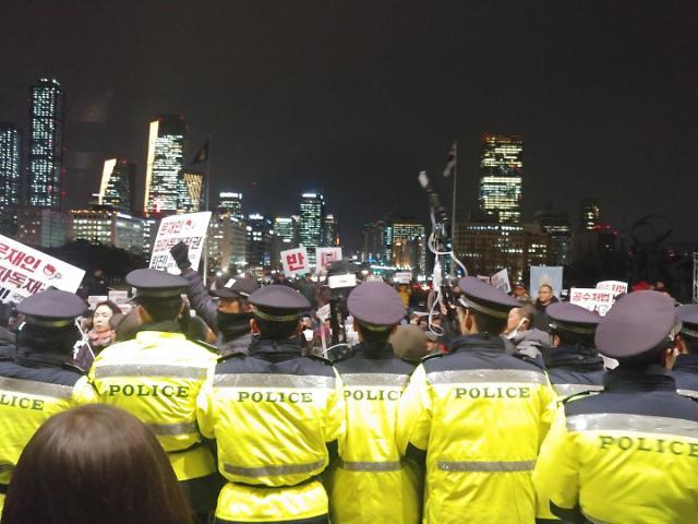 우리공화당, 국회 진입 시도…경찰 저지 소동