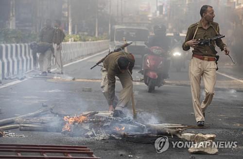 인도, 시민권법 반대 시위 격화...아베 인도 방문 취소