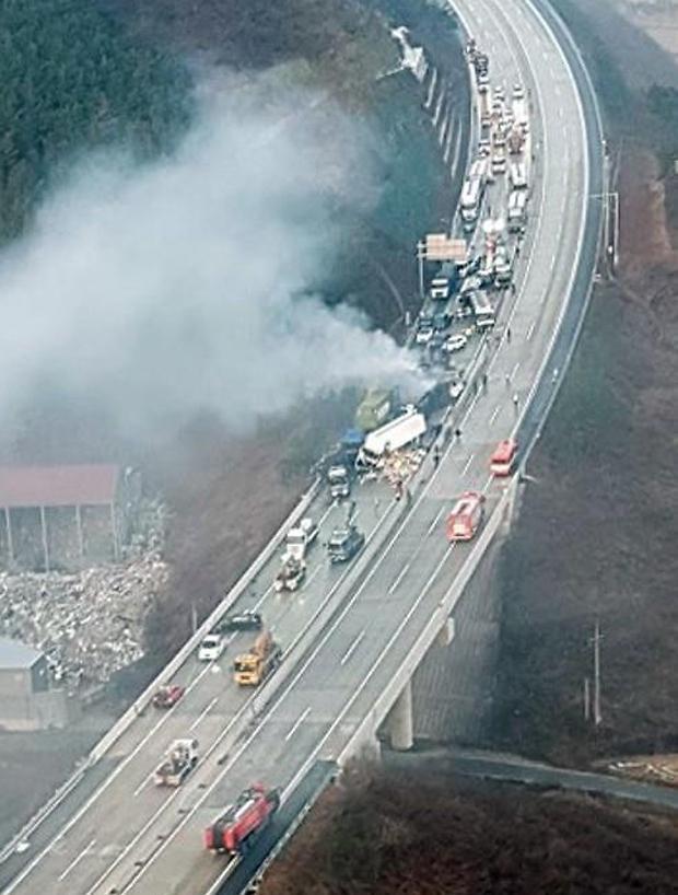 상주-영천고속도로 상·하행 블랙  아이스로 인한 다중 추돌사고가 발생···7명 사망·32명 부상