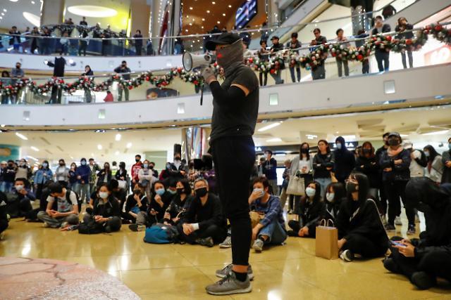 홍콩시위에 공항 여객량 100만명 감소…시진핑 만나는 캐리 람