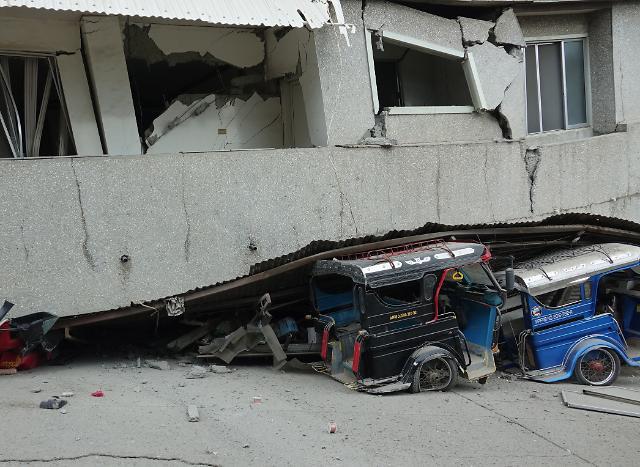 [포토] 필리핀 강진...건물더미에 깔린 차량