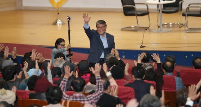 조원진 출판기념회 출동한 한국당 의원들…보수통합 여전히 엇박자