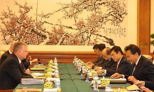 美对朝代表比根与中国副外长罗照辉会谈