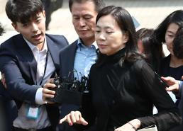 .KALs nut rage woman hurls open criticism at brother and Hanjin group chairman .