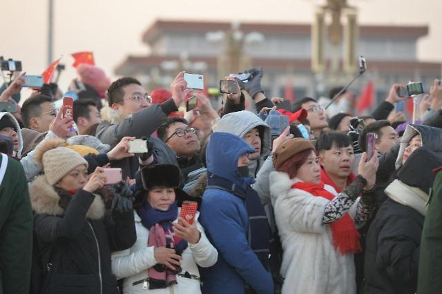 [중국포토] 경자년 새해 첫 국기게양식 보러... 텐안먼에 5만명 인파 운집