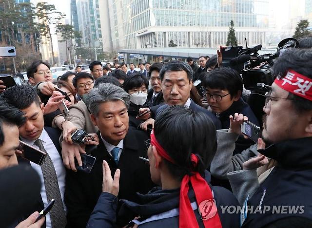 """9분 만에 발길 돌린 윤종원 기업은행장 """"나는 함량미달 아냐"""""""