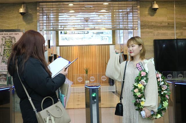 """[김호이의 사람들] 악뮤 수현 """"좋은 사람이 되서 다시 돌아올게요""""...마지막 볼륨을 높여요 출근길"""