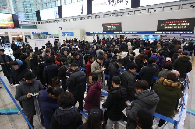 春节返乡火车票开售 韩国民众排队购买