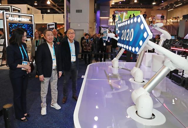 [CES 2020 포토] CES 첫 참가한 두산 부스 찾은 박정원 회장