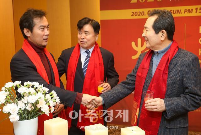 [포토] 2020 환러춘제 한중우호음악회 참석한 정세균…김영우 의원과 악수